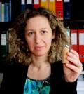 A investigadora Ana Cláudia Dias com uma pen drive revestida de cortiça