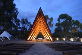 Plano Humano Arquitectos desenha igreja em forma de tenda - Construir